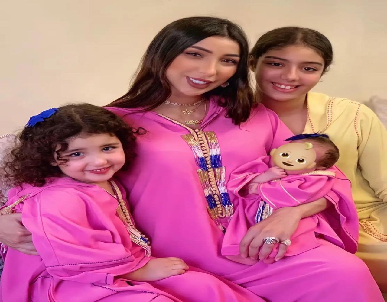 النجمة المغربية مع بناتها