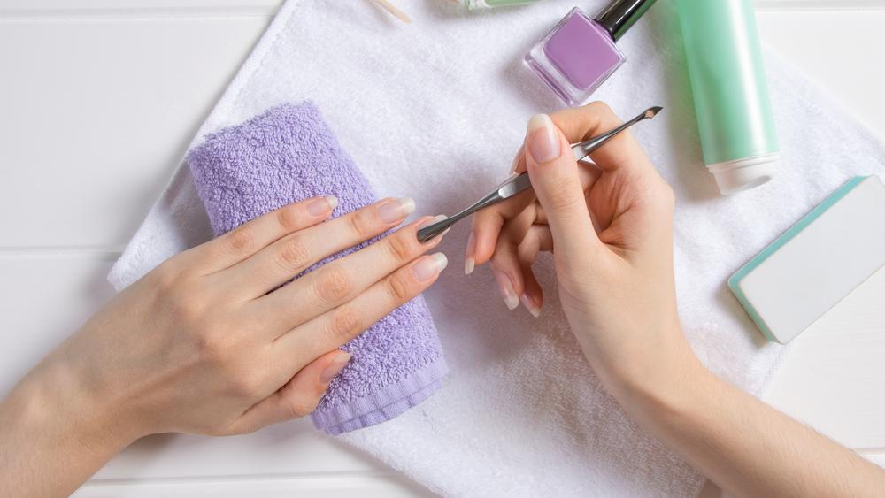إزالة الجلد الميت حول الاظافر