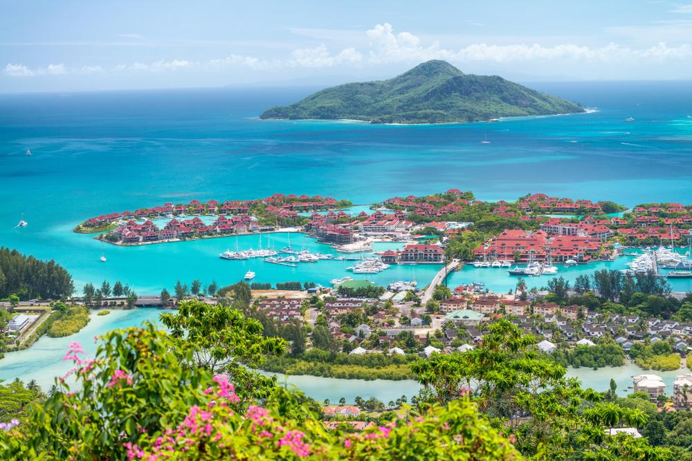 جزر تستقبل السواح في صيف 2021