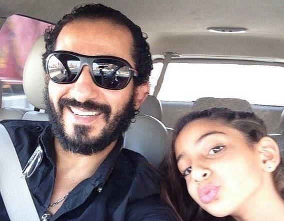 التقط أحمد حلمي صورة له في السيارة مع ابنته الشابة ليلي