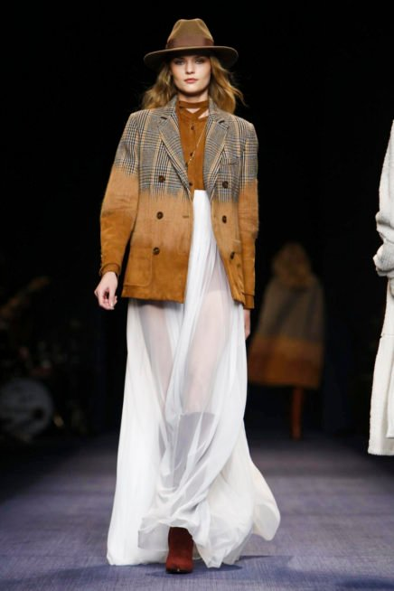 <p>فستان ابيض انسيابي مع لمسة من الكاميل والجاكيت الانيقة مع القبعة الويسترن</p>