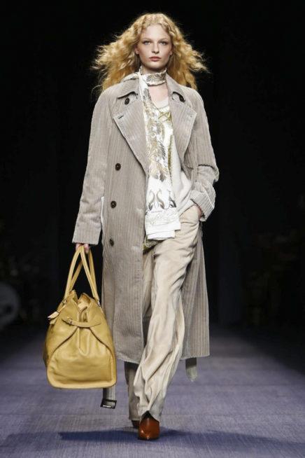 اطلالة كاجوال مع المعطف الطويل تناسب الحياة اليومية للمرأة العصرية