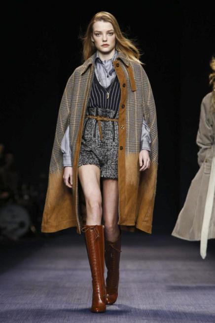 موضة الشورت الشتوي مع المعطف ذات الاكمام المبتكرة والبوتس الجلدي العالي
