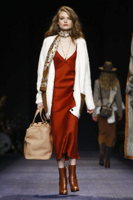 فستان احمر بتصميم بسيط مع الكنزة البيضاء بالازرار