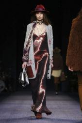 فستان معدني لماع باللون البرغندي مع الكنزة الرمادية المفتوحة