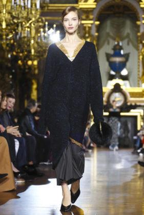 لخريف وشتاء 2016، الذي أقيم في أسبوع الموضة في باريس، قدّمت ستيلا مكارتني مجموعتها. اعتمدت فيها على أسلوب القصات الواسعة والمتباينة في الطول، بحيث تخفي قطع الأزياء ملامح الخصر أو تحدده بقدر قليل. ولم يكن هذا الاتجاه غريباً عن الدار، الذي ستشاهدينه مع موقع أنوثة.