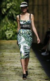 <p><strong>Max Mara - ماكس مارا</strong></p> <p>فستان ضيق ميدي متناسق مع الجسم يتميز بلونه الابيض المزين بنقشات سعف النخيل الخضراء المتداخلة ببعضها.</p>
