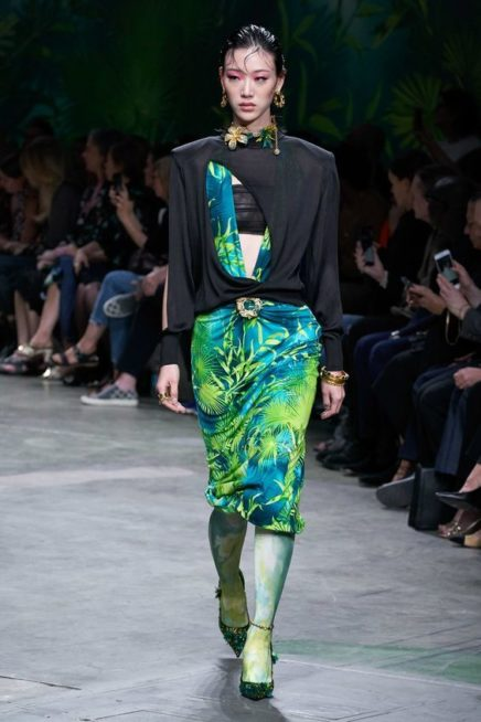 <p><strong>Versace - فيرساتشي </strong></p> <p>فستان ميدي ذات القصة الضيقة المتناسقة مع الجسم يتميز بنقشاته الملونة المستوحاة من الطبيعة وخصوصا سعف النخيل المتجانسة مع اشكال أوراق أشجار أخرى.</p>