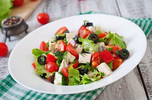 خطوات سهلة التطبيق في المنزل للحصول على طبق شهي من السلطة اليونانية