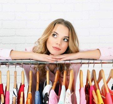 كيفية ترتيب خزانة الملابس لفصل الربيع بطريقة جميلة ومنظمة