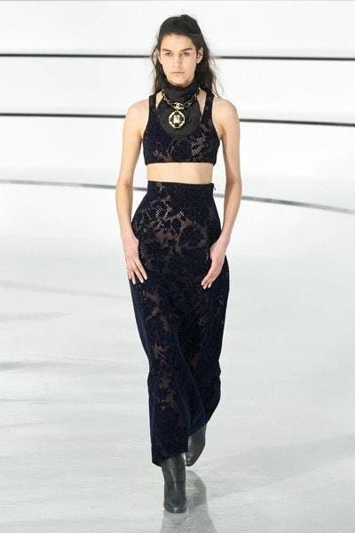 تنورة طويلة سوداء اللون مصممة من قماش الدانتيل الناعم نسّقت معها الكروب توب المصنوعة ايضاً من الدانتيل الاسود.