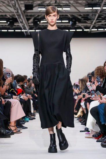 إختار دار فالنتينو التصاميم الجدية في مجموعة الملابس الجاهزة لهذا العام، وسيطر على معظم أزيائها اللون الأسود، على عكس مجموعة السنة الفائتة حيث كانت الألوان زاهية وصاخبة كلّها حركة.
