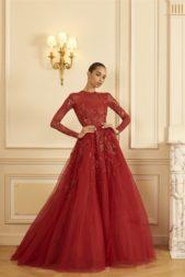"""<p dir=""""RTL"""">فستان احمر فاخر جداً بتصميمه ذات القصّة بشكل A. طرّز كلّه بالخيوط والرسومات البرّاقة، فيما يأتي قسمه السفلي مصنوعاً من طبقات قماش التول.</p>"""