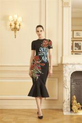 """<p dir=""""RTL"""">فستان ميدي يأتي بقصّة ضيّقة على الجسم وذات طرف مموّج لافت بتصميمه. زيّن برسومات الازهار الملوّنة المطرّزة عليه.</p>"""
