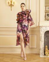 """<p dir=""""RTL"""">طبعة الازهار الملوّنة تزيّن هذا الفستان ذات الفتحة العالية على الساق، واللافت فيه الاكمام الواسعة والياقة ذات الفيونكة العريضة.</p>"""