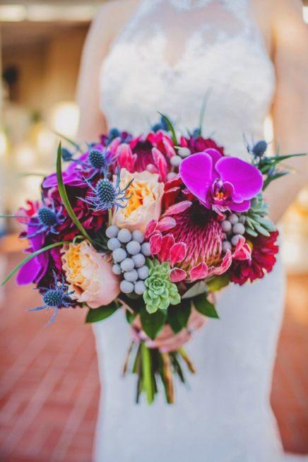 """<p style=""""text-align: right;"""" dir=""""RTL"""">مسكة عروس حيوية وشبابية تليق بستايل الزفاف العصري. لا تترددي باختيارها إن كنت من محبة الألوان الفاتحة والمضيئة كالبنفسجي والفوشيا. ونرى في هذه الباقة مجموعة متنوعة من الأزهار الكبير والصغيرة إضافة إلى الأوراق الخضراء التي عززت من جمال المسكة.</p>"""