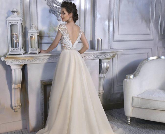 ليومك الكبير ولكي تضج اطلالتك العرائسية أنوثة ورقياً، اختاري واحداً من فساتين الزفاف ذات الظهر المفتوح، وانتقي ستايلاً يلائم ذوقك ويشبه شخصيتك.