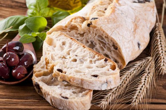 خبز الزيتون بالجبنة مناسب لوجبات الفطور ولوجبات المدرسة والعمل