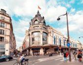 <strong>De Rivoli Street<br />شارع دي ريفولي<br /><br /> </strong>يضمّ شارع دي ريفولي مجموعة كبيرة من المتاجر الراقية المرتبطة بأشهر الماركات العالميّة إضافة إلى المحلّات التجاريّة المعروفة وذات الفروع المنتشرة في أغلب البلدان. كما يتميّز هذا الشارع بموقعه المهمّ إذ يبدأ من ساحة كونكورد المعروفة.