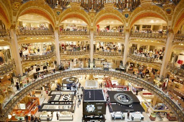 <strong>Galeries Lafayette<br />غاليري لافاييت<br /><br /> </strong>يشكّل غاليري لافاييت أحد أشهر رموز السياحة والتسوّق في العاصمة الفرنسية ويتميّز بتصميمه الكلاسيكي الساحر والمكوّن من 7 طوابق و96 جناحاً، إضافة إلى قبّته المزيّنة بزخرفات ملفتة. يضمّ هذا المركز التجاري المعروف مجموعة من المحلات التي تعرض ما يقارب 500 ماركة.