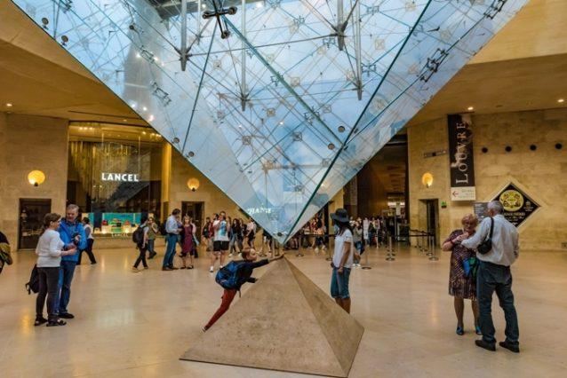 <strong>Carrousel Du Louvre<br />كاروسيل اللوفر<br /><br /> </strong>يقع مركز كاروسيل اللوفر للتسوّق تحت الأرض وعلى مقربة من متحف اللوفر، ويعدّ من أشهر المراكز التجارية وأماكن التسوّق في العاصمة الفرنسيّة. يضمّ هذا المول مجموعة من المتاجر التي تعرض بضائع محلّية وذات ماركات عالميّة إضافة إلى العديد من المعارض الفنيّة.