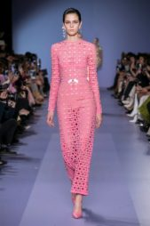 """<p dir=""""RTL""""><span lang=""""AR-LB"""">فستان زهري طويل مصنوع كلّه من القماش المفرّغ بأشكال الدوائر، يزيّنه حزام رفيع جداً على الخصر. وهذا التصميم يلائم المرأة الناعمة في اطلالاتها.</span></p>"""