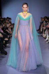 "<p dir=""RTL""><span lang=""AR-LB"">فستان سهرة يعكس جمال سردينيا من خلال تدرج الالوان فيه بين الاصفر، الاخضر، الازرق والبنفسجي. وقد اعتمد فيه قماش الموسلين الناعم سواء جاء منسدلاً او بستايل الدرابيه.</span></p>"
