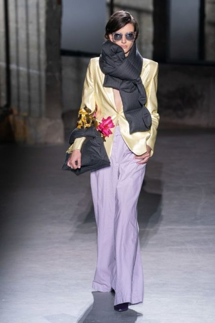 <p><strong>Dries Van Noten - درايز فان نوتن </strong></p> <p>شال اسود عريض مميز بتصميمه المنفوش ليضفي العصرية الى اطلالتك عند ارتدائه.</p>