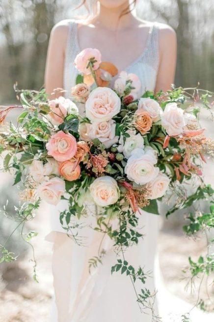 إختاري مسكة يد كبيرة ترتكز على الورود بألوان الباستيل الهادئة والمتناسقة مع الأوراق بلونيها الأخضر والبني الفاتح.