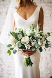 تبدو هذه المسكة مناسبة تماماً للإطلالات الكلاسيكية والأنيقة، إذ تتميز بحجمها المتوسط وتعتمد على الورد الأبيض والأوراق الخضراء.