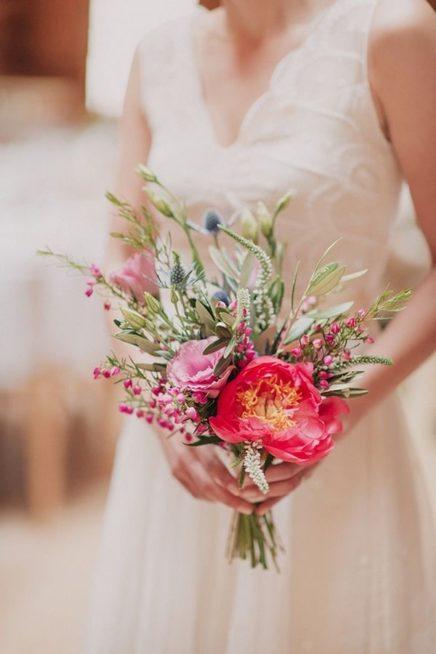 إتجهي نحو مسكة صغيرة إنّما ملفتة بنوعية أزهارها وألوانها الجذابة والمتناسقة، وأضيفي إليها بعض الأوراق الخضراء والبراعم الناعمة والملونة.