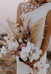 تميّزي بإختار مسكتك يوم زفافك وإعتمدي هذا الموديل الملفت الذي يجمع ما بين الأزهار بأنواعها المختلفة ولونيها الأبيض والوردي مع سنابل القمح.