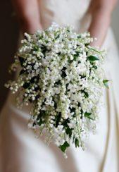 مسكة بقمة النعومة تتميز بموديلها البسيط والمنسدل قليلاً مع أزهار الربيع البيضاء الصغيرة وبعض الأوراق الخضراء.