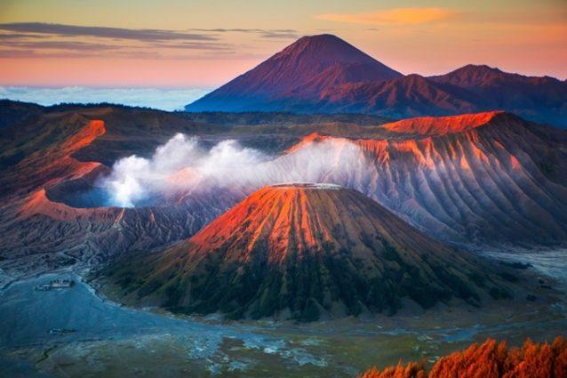 <strong>Indonesia - اندونيسيا<br /><br /> </strong>تعتبر اندونيسيا من أكثر الدول التي تحتوي على البراكين إذ تضمّ 130 بركاناً ناشطاً، كما يتوافد العديد من السياح إلى مناطق البراكين الآمنة بغية الإستمتاع بالمناظر الساحرة وإلتقاط أروع الصور. ويعدّ كلّ من بركاني غونونغ اغونغ وغونونغ إيجين من أهم البراكين.