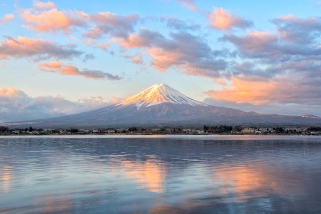 <strong>Japan - اليابان<br /><br /> </strong>تنتشر البراكين في معظم المناطق اليابانية ويصل عددها إلى 112 بركاناً تقريباً أغلبها ناشط. ويعتبر بركان جبل فوجي من أشهر وأبرز البراكين في اليابان، كما تقصده نسبة عالية من السياح سنوياً ضمن رحلات منظمة وآمنة.