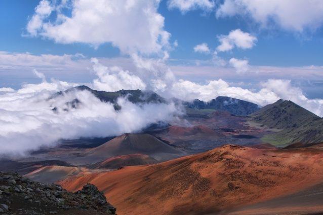<strong>USA - الولايات المتحدة الأميركية<br /><br /> </strong>تحتوي الولايات المتحدة الأميركية على أكبر عدد من البراكين إذ يصل إلى 173 بركاناً، ويعتبر 161 منها ناشطاً ويصعب على السياح والسكان المحليين إكتشافها أو الإقتراب منها. وترتكز أغلب هذه البراكين في منطقتي ألاسكا وهاواي.