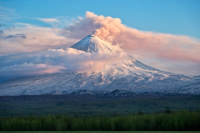 <strong>Russia - روسيا<br /><br /> </strong>تصنّف روسيا من بين الدول التي تحتوي على أكبر عدد من البراكين إذ تضمّ جزيرة كامشاتكا التابعة لها عدداً كبيراً منها من بينها 30 بركاناً ناشطاً، ونذكر هنا بركان كلوشيفسكا ياسوبكا الذي يعدّ من أشهر وأعلى البراكين في قارة أوراسية.