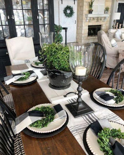 من المعروف ان اللون الاخضر يفتح الشهيّة، فما رأيك بتوزيع بعض النباتات الخضراء على المائدة واضافة الاغصان الى الصحون ايضاً لاضفاء لمسة من التميز؟