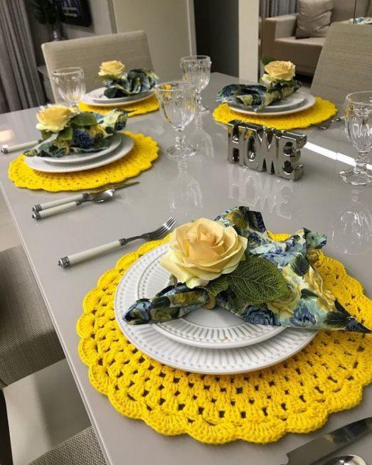 الاستعانة بالمفارش الملونة وتنسيقها بطريقة متقنة مع أساسيات المائدة يضفي لمسة من الابتكار الفريدة خصوصاً مع اختيار الازهار من اللون عينه.