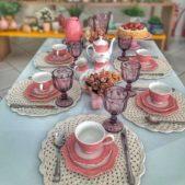 لتزيين المائدة للضيوف عند تناول الفطور، يمكنك اختيار الاكواب والاطباق الملونة وتنسيقها مع المفارش الكروشيه الناعمة لديكور أكثر تناسقاً.