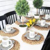 من الافكار المميزة لتزيين المائدة للضيوف خصوصاً عند تناول القهوة لصباحية والفطور، هو اختيار الاكواب المزينة برسائل صغيرة مميزة وتنسيقها مع المفارش المقلمة والمصنوعة من القش.