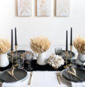يمكنك ان تكوني مبتكرة في تصميم ديكور مائدتك من خلال الاستعانة بالمفارش الشتوية المصممة من الفرو وتنسيقها مع الشموع الملونة وبعض سنابل القمح.