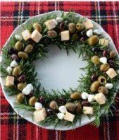 استخدمي اكليل الجبل الاخضر واصنعي اكليل الميلاد وزينيه بحبات الزيتون الخضراء والسوداء مع قطع الجبنة.