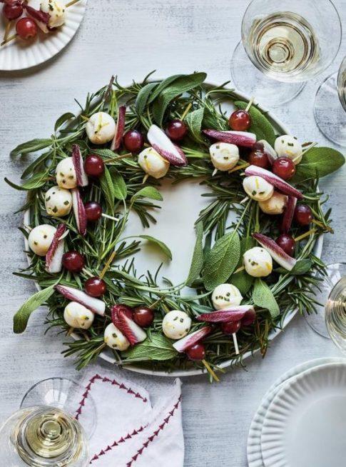 استعملي الخضار الخضراء لصنع اكليل عيد الميلاد وزينيه بالمقبلات المختلفة التي تضفي زينة فريدة الى الطبق قبل تقديمه على المائدة.