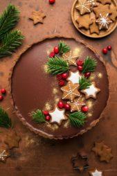 لتزيين كيك الشوكولاته يمكنك تحضير بعض الكوكيز الشهي مع حبات التوت الحمراء واغصان الشجرة لوضعها اعلى طبقة الشوكولاته.