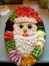 من الطرق المميزة التي يمكنك اعتمادها لتزيين الاطباق لعيد الميلاد هو توزيع الاصناف المختلفة لتشكّلي وجه بابا نويل.