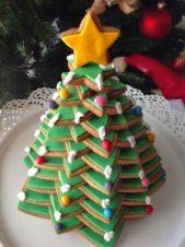 استفيدي من الكوكيز على شكل نجمة الميلاد لتوزيعها فوق بعضها على شكل شجرة الميلاد وتقديمها الى الضيوف في هذه الاعياد.