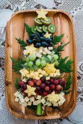 ان كنت ترغبين بتقديم الجبنة والعنب بطريقة مميزة في عيد الميلاد، يمكنك توزيعها على لوح تقديم خشبي وصنع شجرة الميلاد منها مع تزيينها ببعض الأوراق الخضراء.