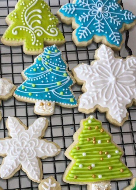 لا تنسي أن تحضري الكوكيز على شكل أشجار الميلاد وتزيينها بالكريما الملونة التي تحبين لتبدو تماماً كما شجرة العيد.