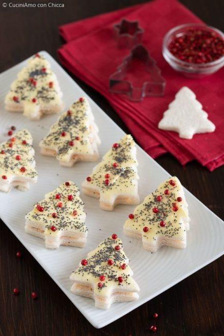 يمكنك ان تكوني مبتكرة في تحضير مقبلات التوست والخبز حيث تقطعينها على شكل شجرة عيد الميلاد وتزينينها بالحبوب الحمراء وحبة البركة.